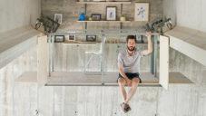 Španělský designér si postavil pokoj pod betonovým mostem
