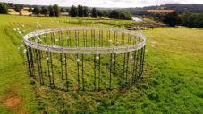 Cavalry 360° je zvuková instalace na poli hrající pomocí větru