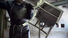 Emeco ukazuje jak přes 70 let ručně vyrábí židle z hliníku
