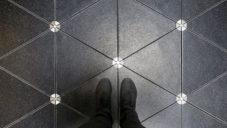 Londýn má chytrý chodník Pavegen vyrábějící chůzí elektrickou energii