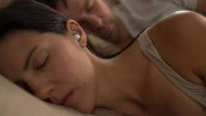 Bose vyvinul sluchátka na spaní Sleepbuds maskující hluk z okolí