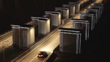 Nizozemci osvětlili 60 stavidel na vodní elektrárně reflexními páskami