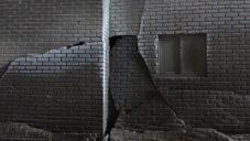 Juree Kim vytváří z jílu sochy roztékajících se bytových domů