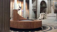 Panthéon se stal dějištěm úchvatné performance se schody a trampolínou