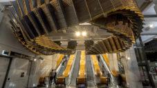 Chris Fox vytvořil v metru v Sydney instalaci ze starých dřevěných schodů