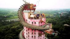 Thajský chrám má růžovou fasádu omotanou velkou sochou draka
