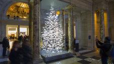 Es Devlin vytvořila v londýnském muzeu zpívající vánoční strom