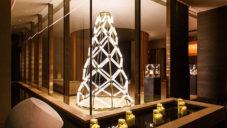 Yabu Pushelberg a Lasvit vytvořili vánoční strom ze skleněných svítících trubic