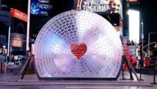 Times Square ozdobila obří 3Dtištěná čočka se symbolem srdce