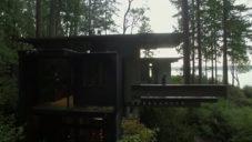 Architekt Jim Olson ukazuje svůj dřevěný dům v lesích ve Washingtonu