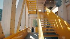 Chile postavilo studentům architektury školní budovu se žlutým schodištěm