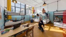 V Gruzii proměnili starou továrnu na hostel a kulturní hub Fabrika Tbilisi