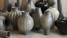 Kodai Iwamoto vyrábí z vodovodních trubek originální vázy