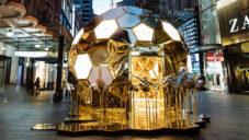 Sydney ozdobil zlatý včelí úl k uvedení pozlacené kolekce Pandora Shine