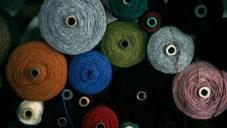 Filip Kubák ukazuje jak se v jeho Tkalcovně vyrábí kvalitní textil