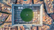 Madrid si k výročí 400 let zatravnil hlavní náměstí Plaza Mayor