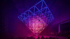 Stalactite je světelná instalace ve tvaru obrácené pyramidy
