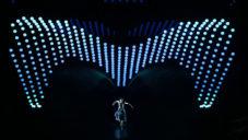 2047 Apologue je taneční performance se stovkami pohyblivých svítidel