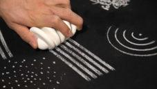 Nikolas Bentel vytvořil trojici kříd pro dekorativní malování linií i teček