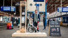 Nizozemský student designu sestavil stroj pletoucí šálu jízdou cyklotrenažéru