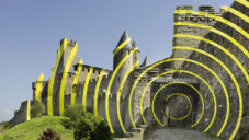 Felice Varini pomaloval francouzský hrad Carcassonne žlutými kruhy