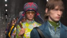 Prada předvedla letní módní kolekci pro muže s moderní verzí beranic