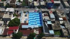 V Mexico City postavili uprostřed chudinské čtvrti hřiště na fotbal i košíkovou