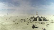 Francouz natočil architekturu i dění na art festivalu Burning Man 2018