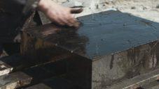 Britský designér vytvořil z uhlí pokusnou kolekci nábytku a obkladů