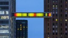 Phillip K. Smith vytvořil v Detroitu světelný most mezi dvěma mrakodrapy