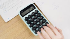 Lofree Digit Calculator je klasická digitální kalkulačka v retro balení