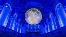 Realistický sedmimetrový Měsíce putuje po světe jako umělecká instalace