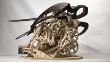 Derek Hugger vytváří kinetické sochy zvířat ze stovek malých dílů