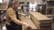 Americký značka General Pencil ukazuje jak ručně vyrábí tužky a pastelky