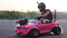 Parta kamarádů osadila růžové dětské autíčko reálným motorem