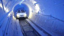 Elon Musk ukázal testovací tunel pro rychlou přepravu aut ve městech