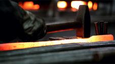 Magis natočil jak kováři v Itálii ručně vyrábí jejich interiérový nábytek Officina