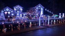 Američané zdobí své domy vánočním osvětlením a vytváří i světelné show