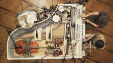 Brunettes Shoot Blondes spojili 20 hudebních nástrojů do jednoho