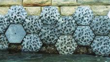 Living Seawall je ochranná stěna pro přístavy vyrobená z plastu vyloveného z moře