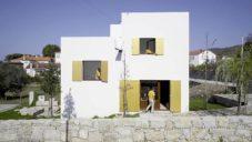 Na severu Portugalska vyrostl minimalistický domek s neviditelnými okny a dveřmi