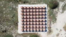Bosco Sodi vytvořil na pobřeží Mexika instalaci Atlantes ze 100 000 cihel