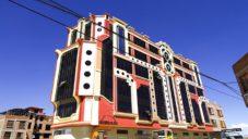 Freddy Mamani Silvestre dal pestrobarevný styl více jak 100 stavbám v Bolívii