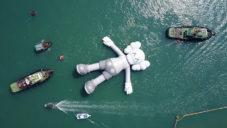 Američan KAWS nechal plout po hongkongském přístavu 36metrovou sochu