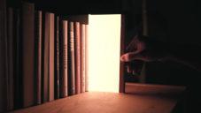 Akii navrhli poetické svítidlo Night Book v podobě svítící knihy