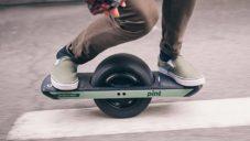 Onewheel Pint je elektrický skateboard s jedním velkým kolem uprostřed