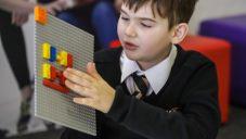 Lego vyvinulo stavebnici Braille Bricks se speciálními kostkami pro nevidomé děti