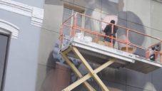 Mohamed l'Ghacham maluje realistické portréty na fasády budov