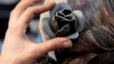 Yasemen Hussein vyrábí ohýbáním kovových drátů sochy s tvarem paruk