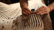 Bae Se Hwa ukazuje výrobu ručně párou ohýbaných dřevěných lavic